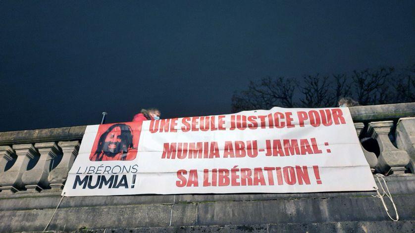 Le premier mercredi de chaque mois depuis trente-cinq ans, à Paris, à quelques centaines de mètres de l'ambassade des États-Unis, le nom de Mumia Abul Jamal est déployé sur de larges banderoles.