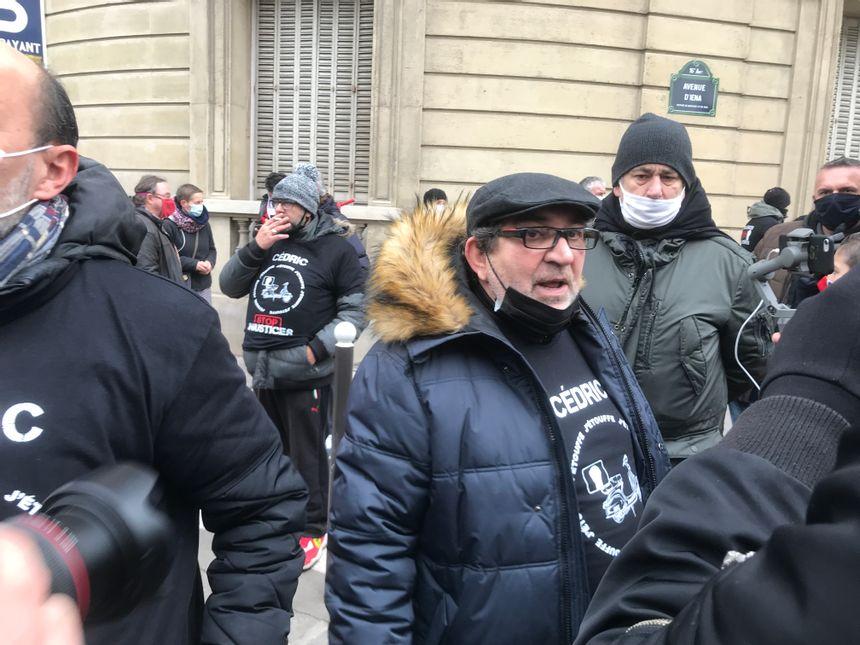 Christian Chouviat, le père de Cédric, demande la mise à pied immédiate des 4 policiers impliqués dans l'interpellation de son fils.
