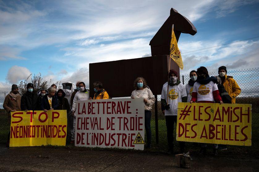 Manifestation à l'entrée d'un site de Bayer pour protester contre le projet de loi permettant la réintroduction temporaire des néonicotinoïdes pour sauver l'industrie de la betterave ; 2020, Monbéqui.