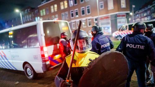 Aux Pays-Bas, le couvre-feu et le feu qui couve