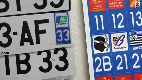 L'autocollant et la plaque d'immatriculation : la France est un pays bien administré