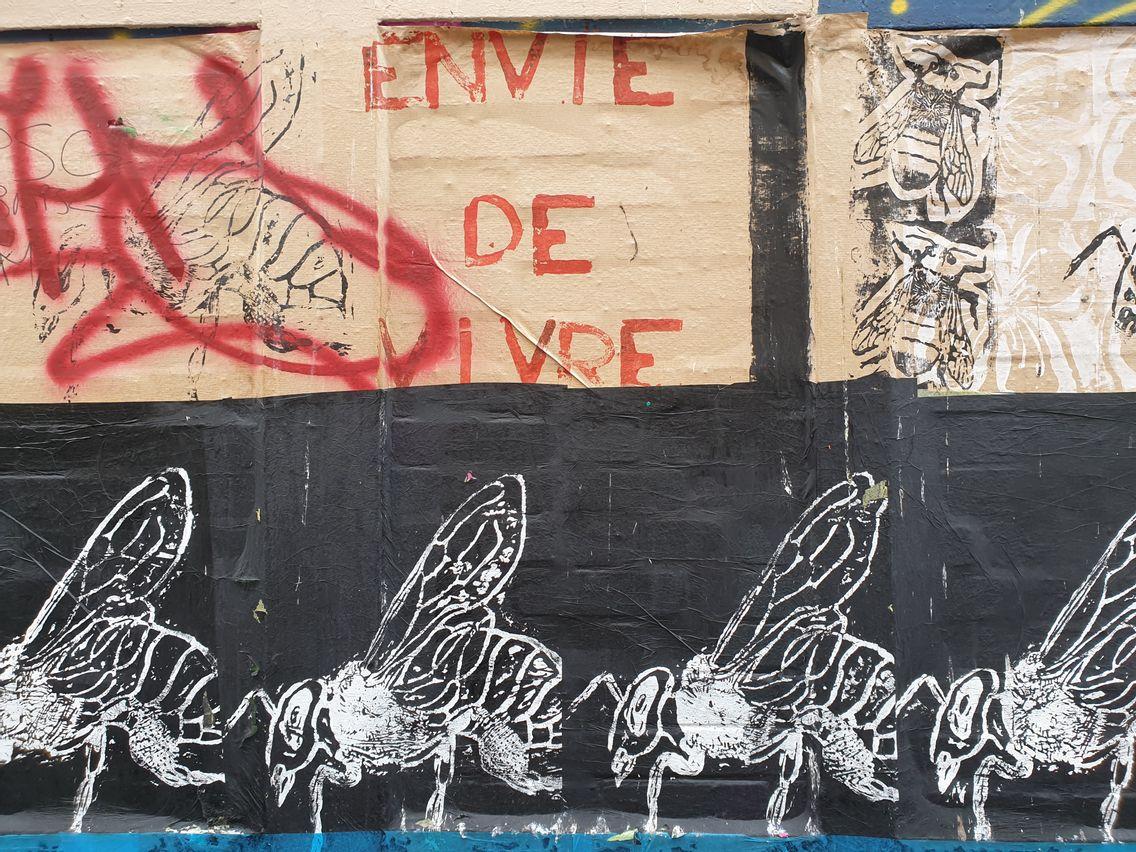 Vive les murs de Paris qui parlent.