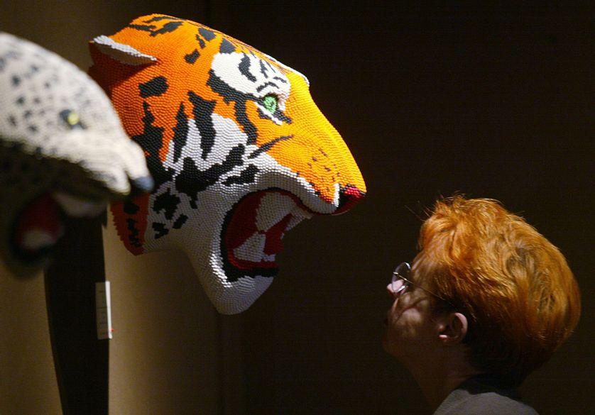 """Visiteuse face à l'oeuvre """"Tiger"""" par David Mach, 29e édition de la FIAC à Paris."""