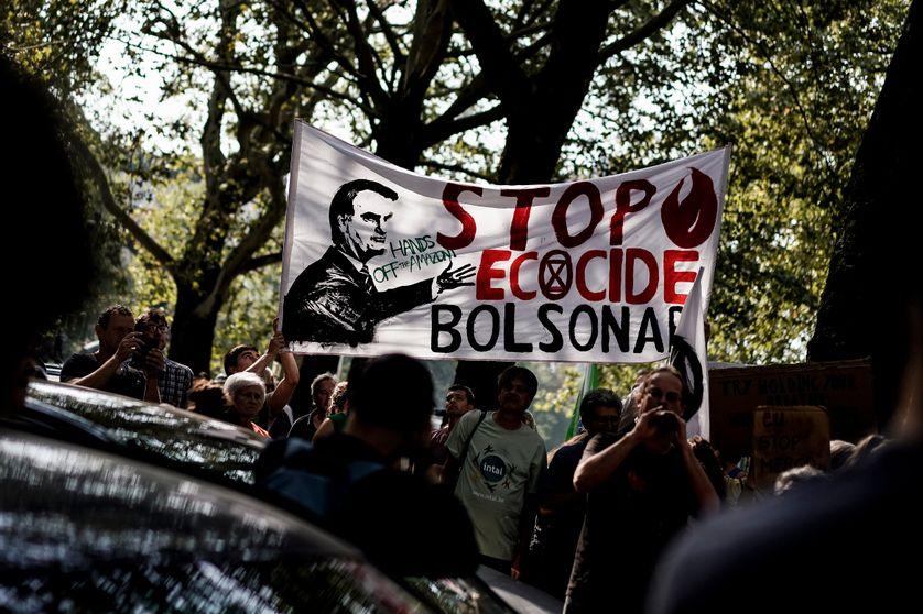 Manifestation d'Extinction Rebellion devant l'ambassade brésilienne à Bruxelles pour appeler le Brésil à agir pour la protection de la forêt amazonienne face aux déforestations et aux incendies; 2019.