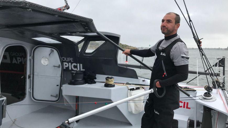 Damien Seguin n'a fait qu'une seule adaptation sur son bateau : un manchon pour pouvoir manœuvrer ses voiles