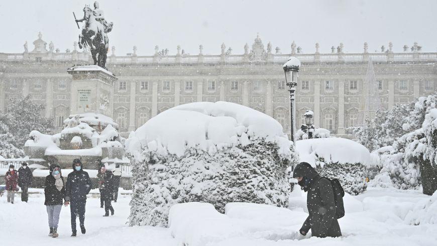 Chutes De Neige Historiques En Espagne Madrid Paralysee Trois Morts Dans La Tempete