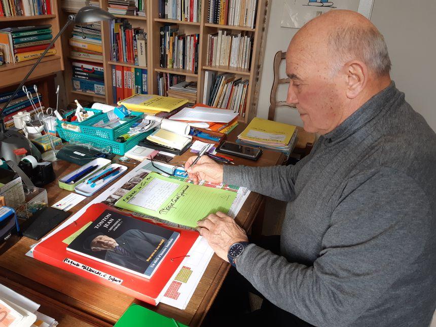 Dans son bureau, Jean-Pierre Blanc ne compte plus les dossiers de recherches qu'il a élaborés sur le massacre Marsoulas.