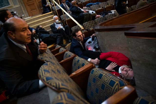 La session du Congrès est immédiatement suspendue, images incroyables d'élus allongés au sol
