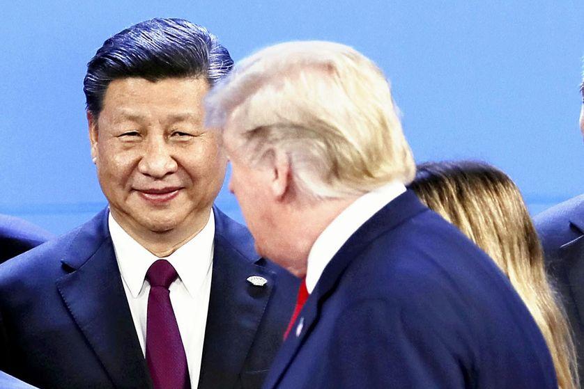 Presidente chinês Xi Jinping observando a chegada de Donald Trump para a foto do G20 de Buenos Aires, em novembro de 2018.'arrivée de Donald Trump pour la photo du G20 de Buenos Aires, en novembre 2018.