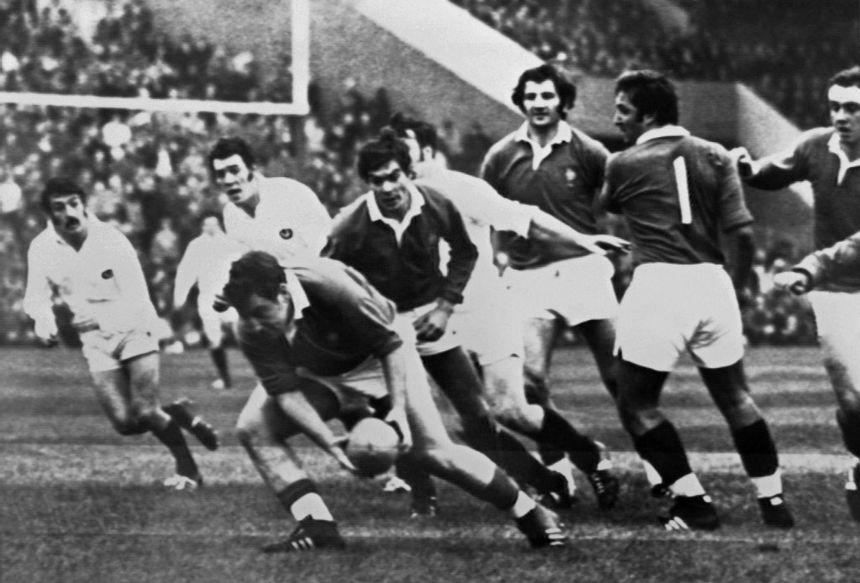 Jean-Pierre Bastiat s'empare du ballon lors d'un test-match contre l'Ecosse le 15 janvier 1972.