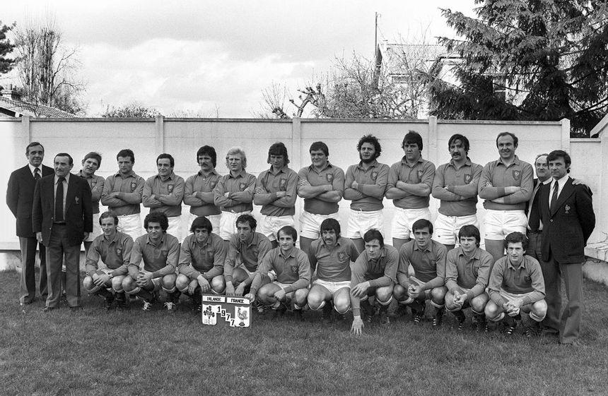 Photo officielle du XV de France de rugby prise le 19 mars 1977 avant le dernier match du Tournoi des Cinq Nations qu'ils disputeront contre l'Irlande. Bastiat, debout, 1er en partant de la droite.