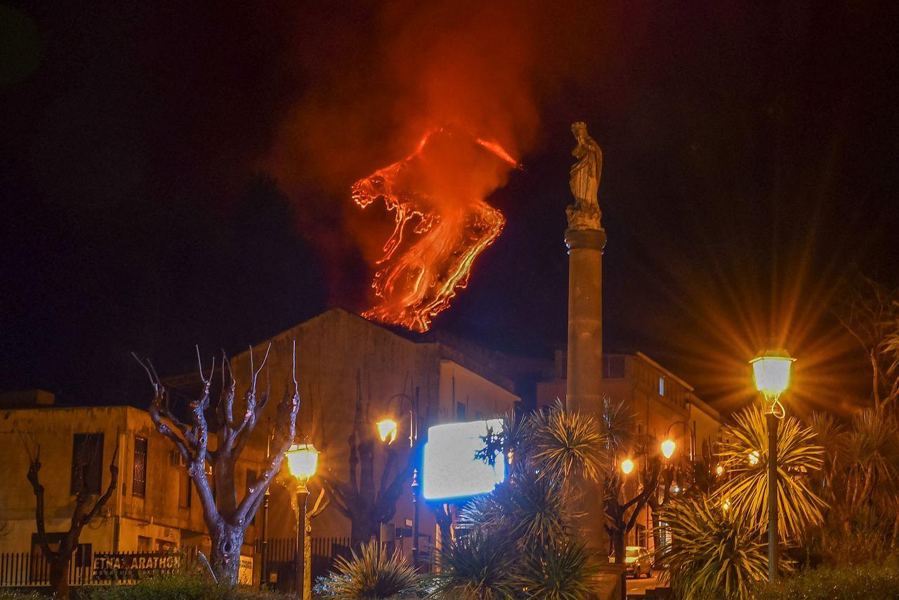 L'Etna en éruption, vu depuis la ville de Milo dans la province de Catane en Sicile.