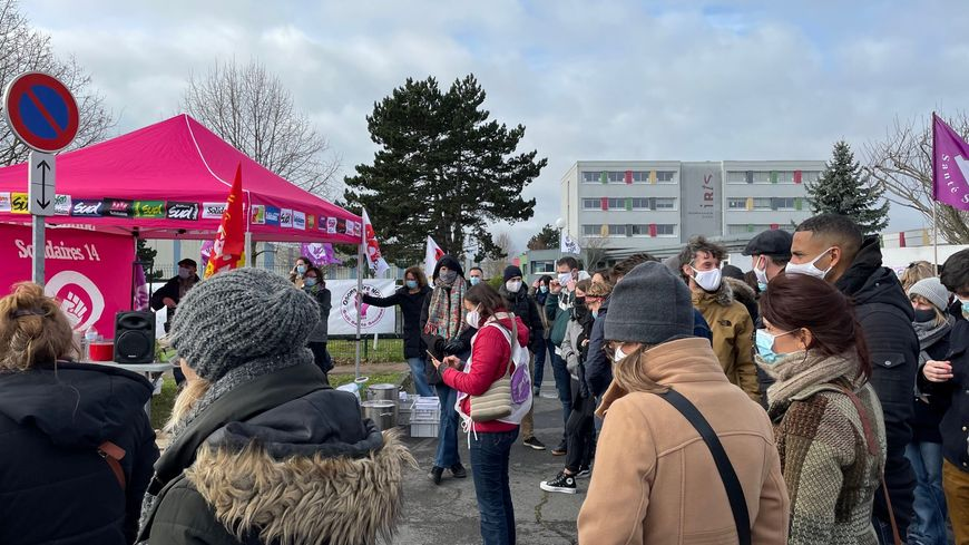 Une centaine de salarié.es du secteur social du Calvados se sont rassemblé.es devant le siège de l'Institut régional du travail social à Hérouville-saint-Clair.