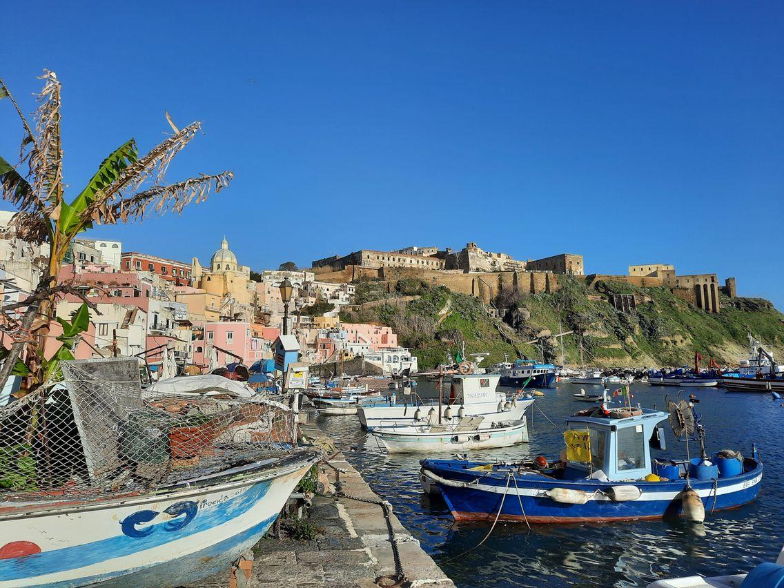 Le petit port de la Corricella et ses maisons colorées, image emblématique de l'île de Procida