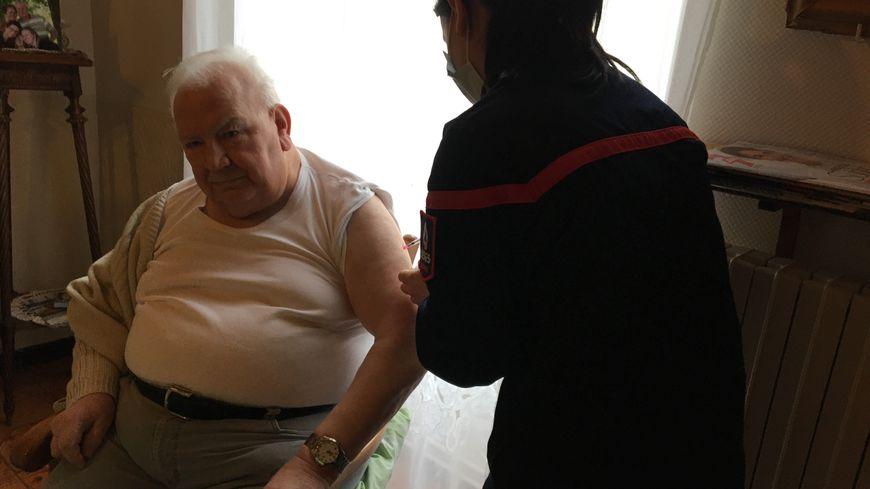 Coronavirus : près de 250 personnes vaccinées à domicile dans la Marne - France Bleu