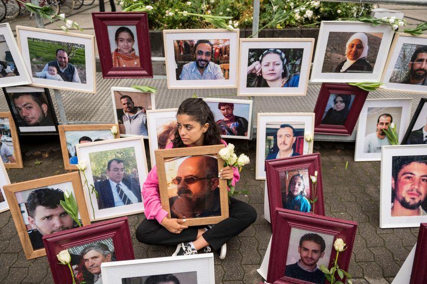 4 juin 2020 à Coblence, en Allemagne occidentale, la militante syrienne Wafa Mustafa tient une photo de son père lors d'une manifestation en marge du procès de Coblence