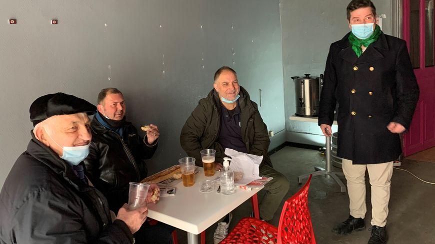 """Guillaume Lapaque (à droite) a servi trois bières à ses amis, """"clients"""" du jour, venus partager un bon moment de convivialité"""