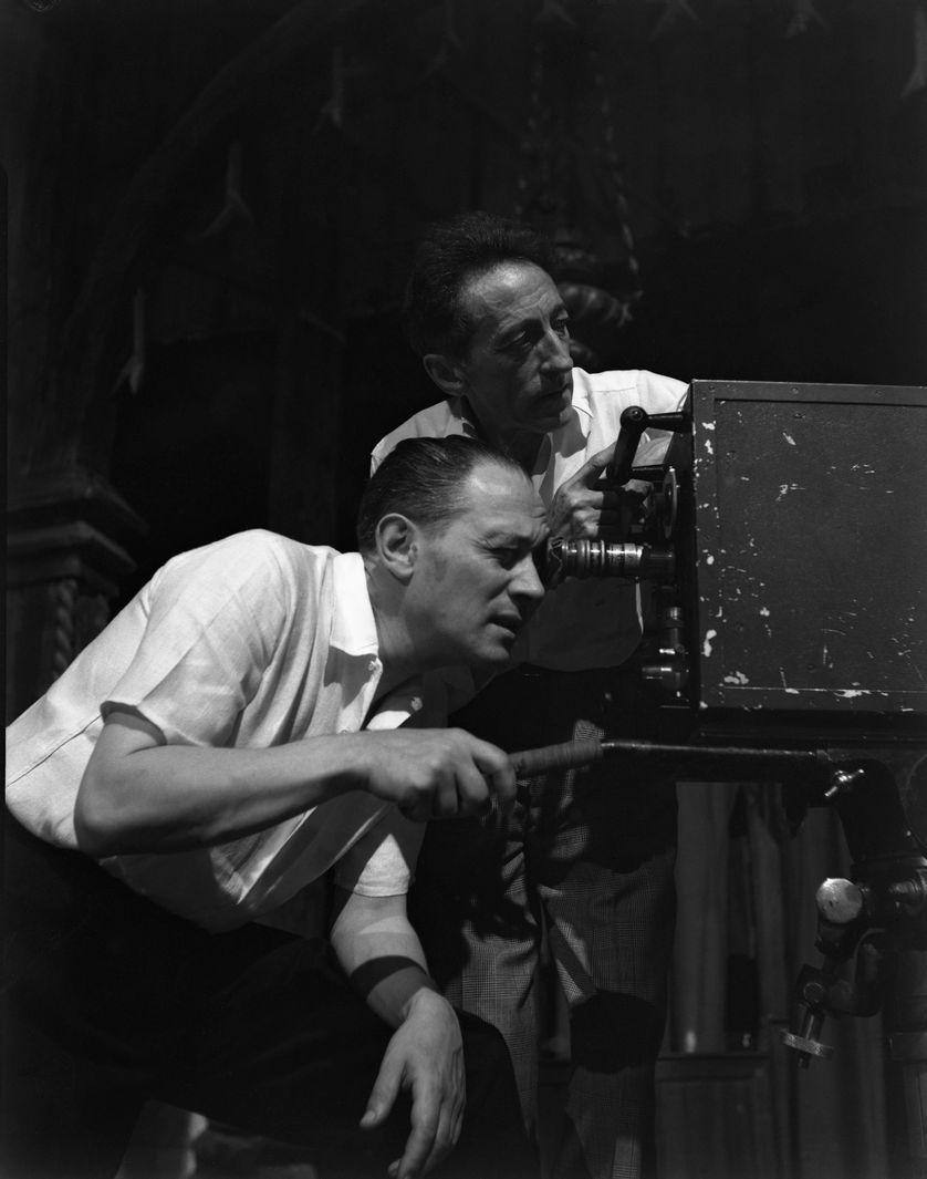 """Jean Cocteau et Raymond Voinquel sur le tournage de """"L'aigle à deux têtes"""" (1947)"""