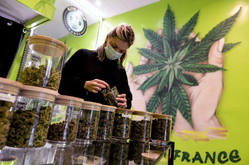 Un CBD Shop, boutique vendant du cannabidiol, un dérivé du cannabis, à Lyon