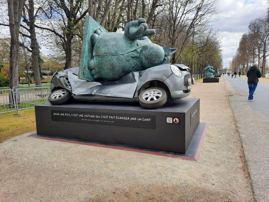 """PHOTOS - Vingt statues du """"chat"""" de Philippe Geluck exposées sur les  Champs-Élysées"""
