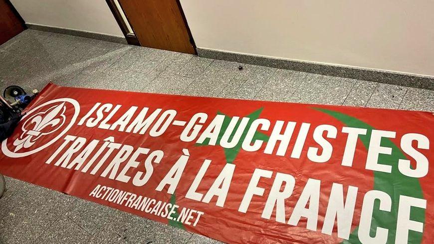 Les activistes ont laissé cette banderole.