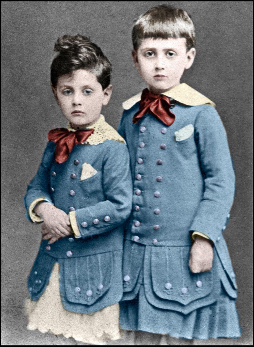 """Robert Proust disparaît totalement dans le roman, mais il est bien présent dans les """"soixante-quinze feuillets"""", avec une """"houpette"""", comme dans cette photographie de 1877, les deux frères dans un épisode """"sont aussi en robe"""" : Nathalie Mauriac Dyer"""