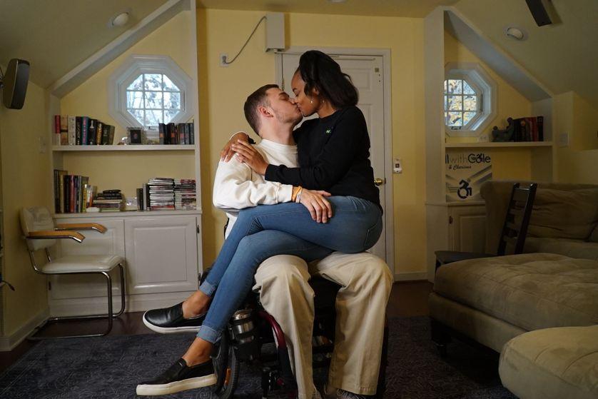 En Virginie, Cole, tétraplégique depuis 10 ans, embrasse sa compagne Charisma, rencontrée dans son centre de rééducation. (2018)