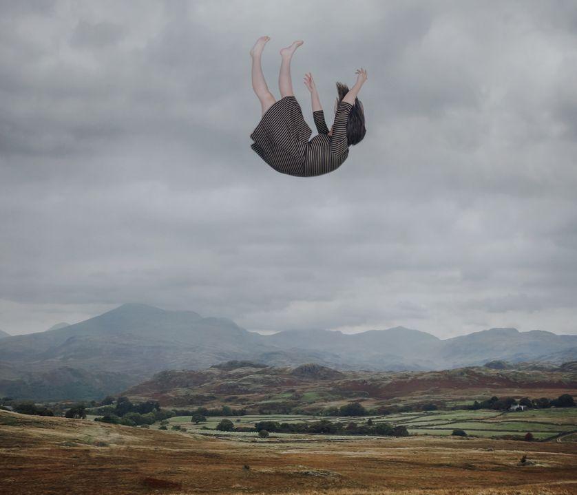 Femme rêvant d'une chute
