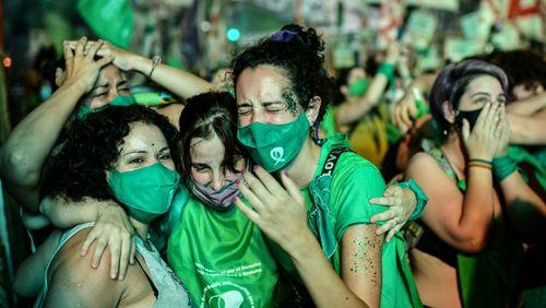 Femmes en lutte ! (1/4) : De Buenos Aires à Santiago :sortirl'avortementde la clandestinité