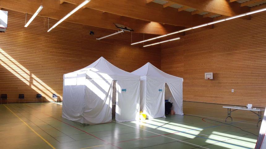 Des tentes ont été installées à l'intérieur du gymnase