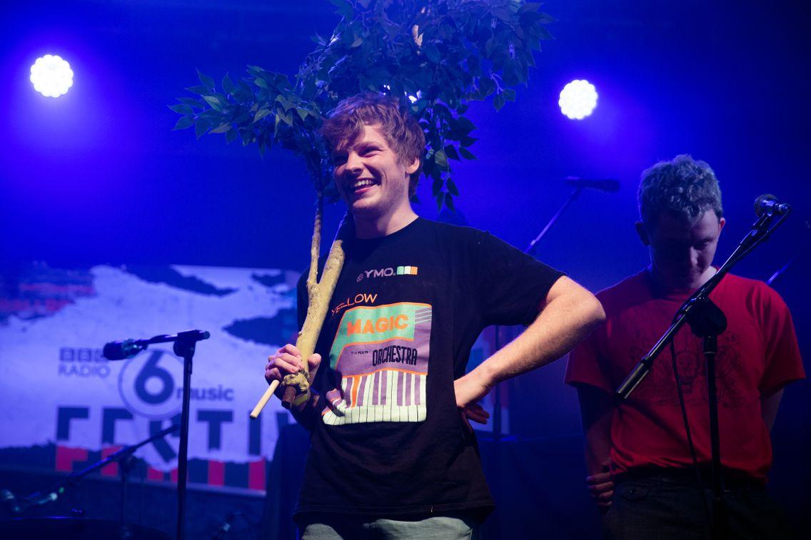 Le chanteur et batteur Ollie Judge du groupe Squid en concert au BBC 6 Music Festival le 8 mars 2020 à Londres, en Angleterre.