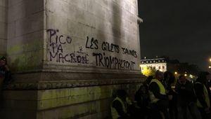 """Acte III des manifestations des gilets jaunes, ici à Paris. Sur l'Arc de Triomphe, tag : """"Les gilets jaunes triompheront"""", 1er décembre 2018."""