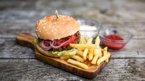 Julien de l'auberge du Lion d'Or à Ancy Dornot cuisine de délicieux burgers et les patates qui vont avec.
