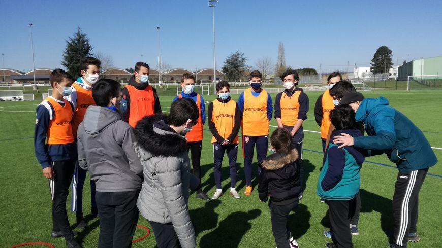 Huit jeunes de l'Entente sportive guérétoise et douze jeunes de l'IME participent aux ateliers.