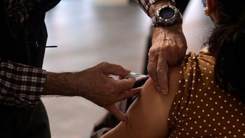 La Haute autorité de santé recommande Pfizer et Moderna pour les personnes âgées de moins de 55 ans ayant reçu en première dose d'AstraZeneca