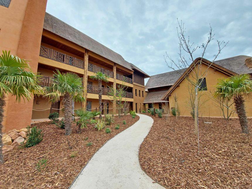 L'hôtel est constitué de cinq bâtiments directement inspirés de constructions africaines.