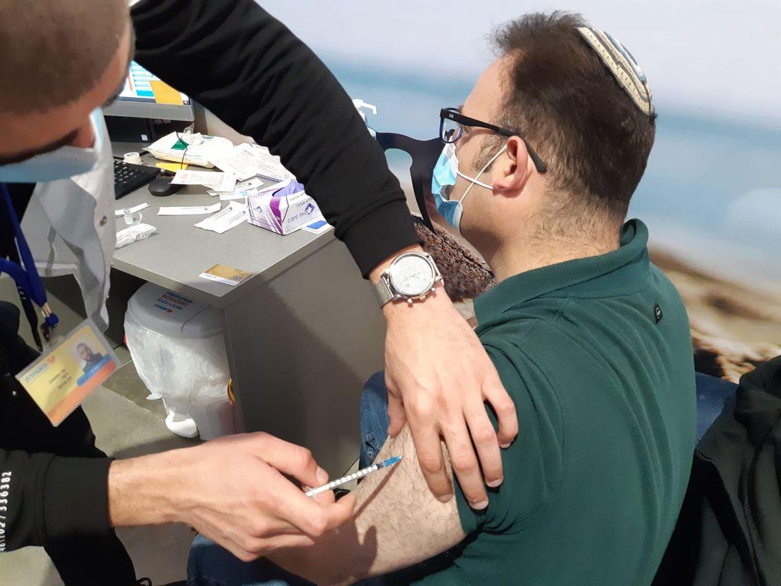 Vaccination à Jérusalem le 13 janvier 2021. Les quatre caisses publiques de sécurité sociale ont organisé la campagne de vaccination dans tout Israël.