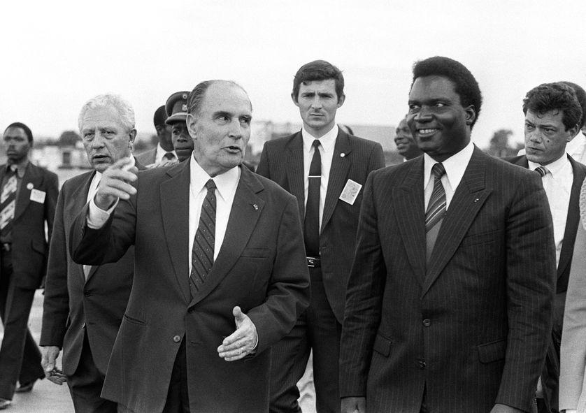 Le président français François Mitterrand et son homologue rwandais Juvénal Habyarimana à Kigali, le 10 décembre 1984.