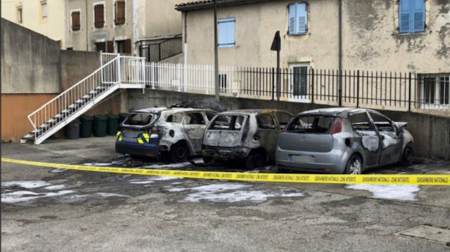 Les trois véhicules ont brûlé dans la cour de la brigade du Pouzin le 11 avril dernier