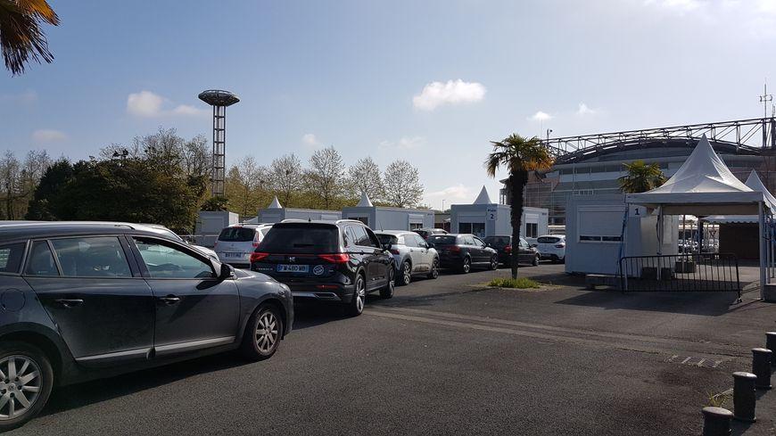 Des files de voitures qui patientent avant de passer au drive test du Zénith de Pau.