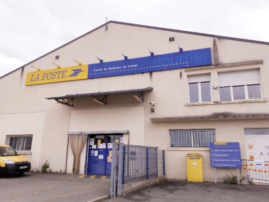 Le centre de distribution du courrier et des colis à Pons