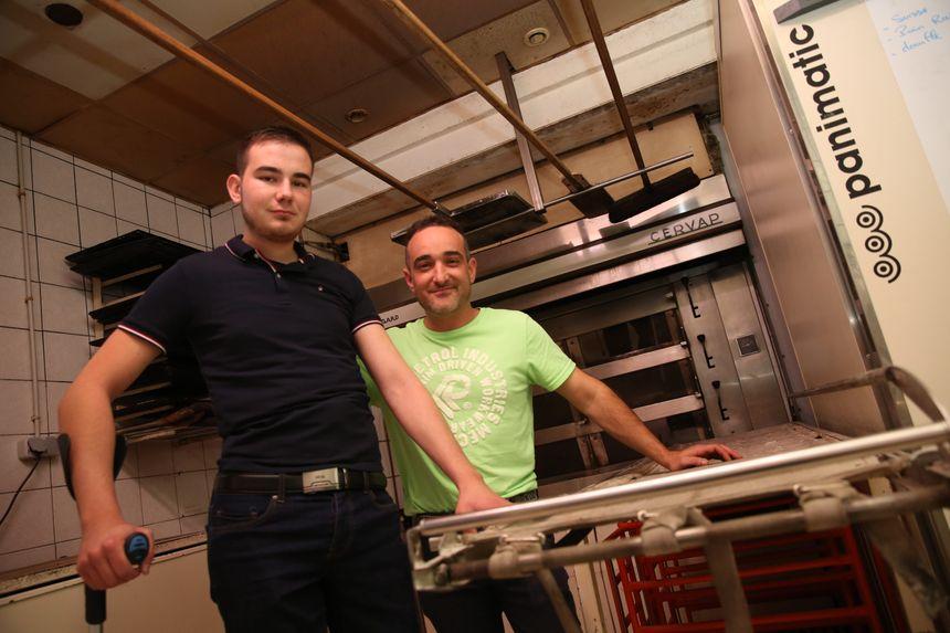 David et Alexis devant le four de la boulangerie Le Dolmen