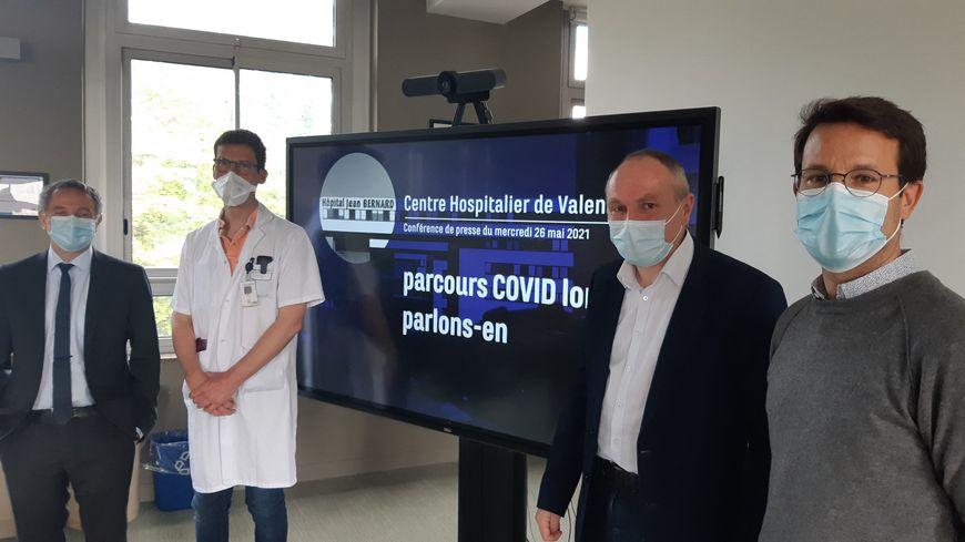 Rodolphe Bourret, directeur de l'hôpital de Valenciennes, le Dr Dervaux coordinateur du parcours de soins Covid long, le Dr Kyndt chef de pôle santé publique et le Dr Thomazeau, chef pôle psychiatrie