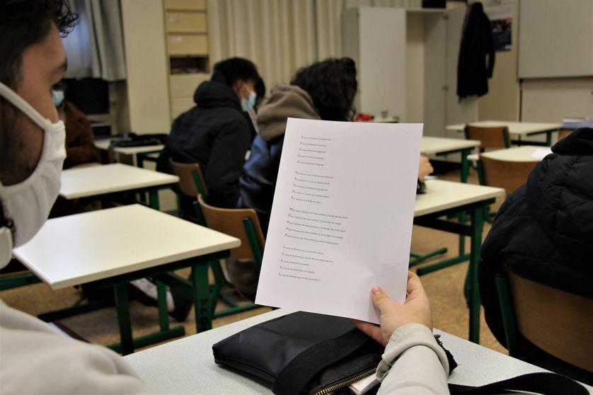 Un élève lit le slam que son camarade a écrit sur le thème des violences conjugales. (Illustration : lycéens, bac professionnel)