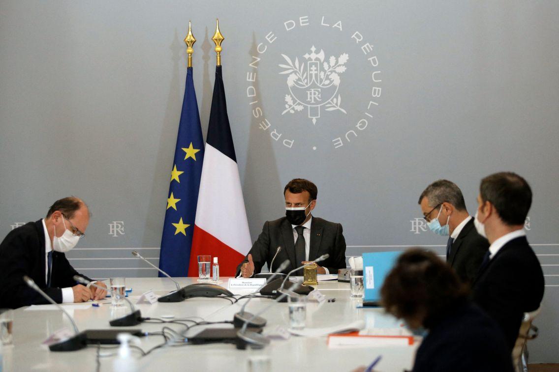 Le président de la République, Emmanuel Macron, entouré notamment de son Premier ministre, Jean Castex, et du ministre de la Santé, Olivier Veran.