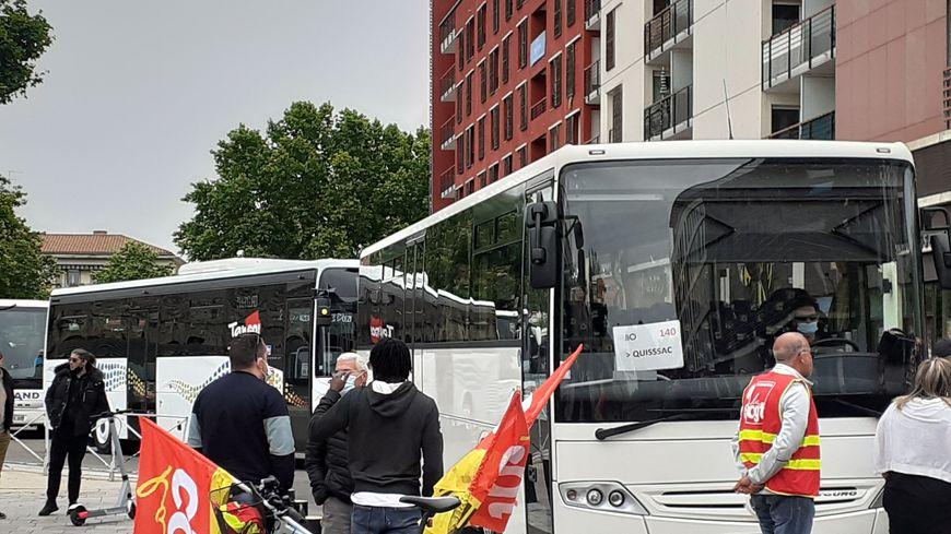 A l'appel de la CGT, des salariés de l'entreprise de transport Keolis organisent un barrage filtrant dans la gare routière de Nîmes