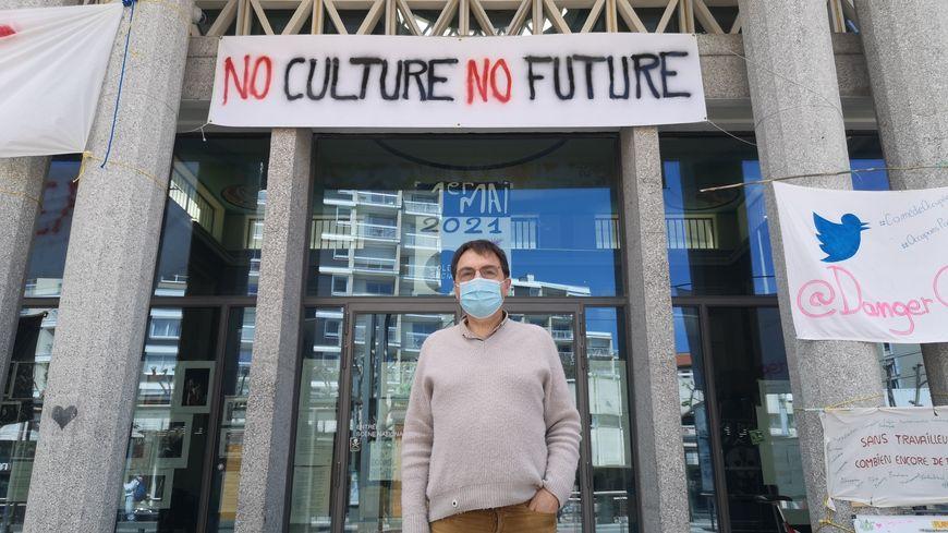 Jean-Marc Grangier, directeur de La Comédie de Clermont-Ferrand, devant ses locaux occupés.