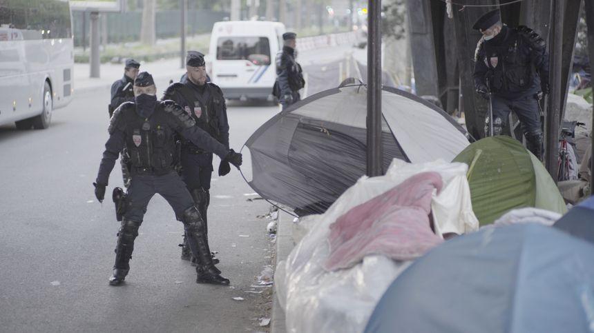 Les campements de fortune à Paris, démantelés par la police (image du film Paris-Stalingrad)