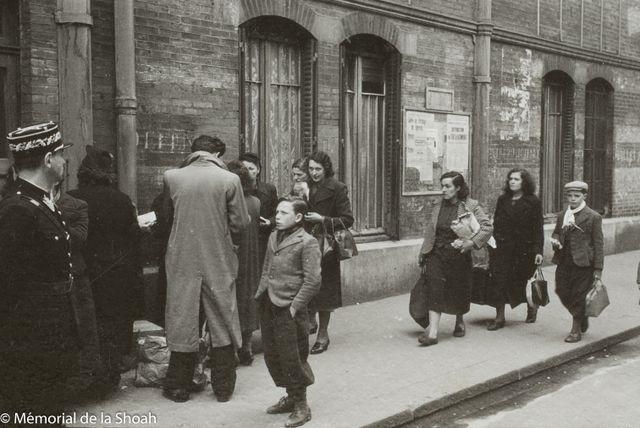 Des femmes et des enfants reviennent avec des vivres et des vêtements chauds