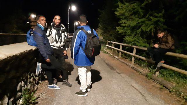 Nordine, Khaled et deux autres Algériens attendent le bon moment pour traverser la frontière franco-italienne